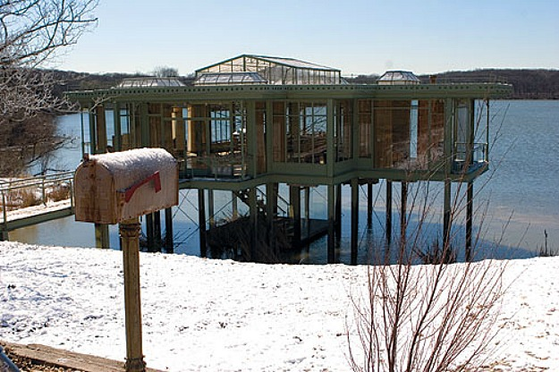 The-glass-house-from-The-Lake-House-movie-mailbox